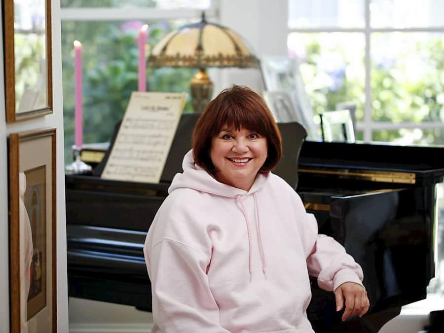 4 FOTO LINDA en su piano de su casa de SF