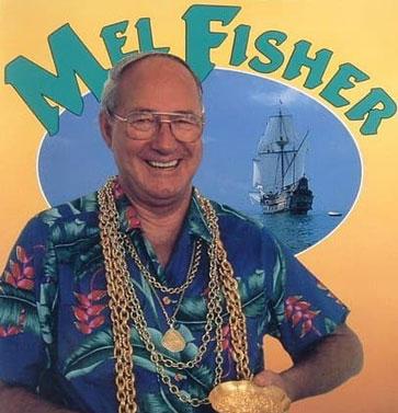 7 FOTO TESOROS Mel Fisher con cadenas de oro