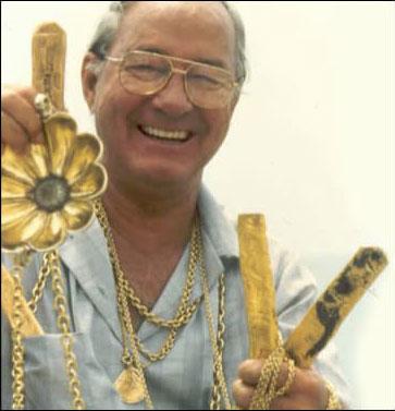 8 FOTO TESOSOROS Mel Fisher con barras de oro