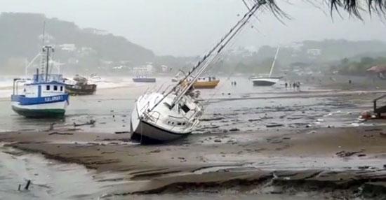 Barcazas expulsadas a la playa en Nicaragua