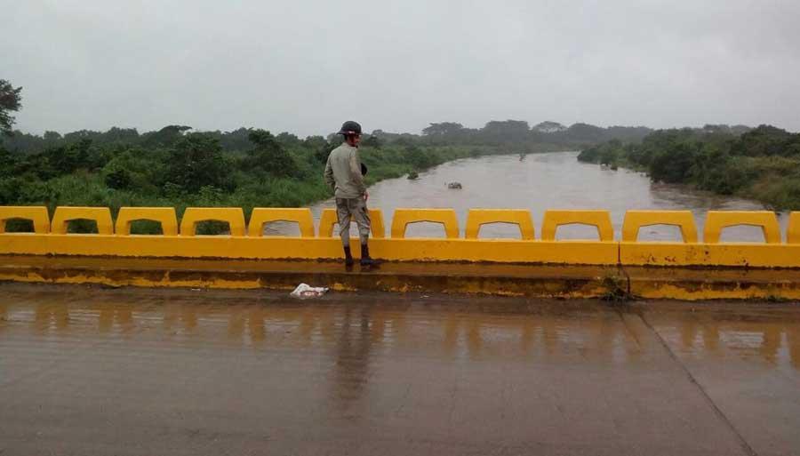 puente desbordado