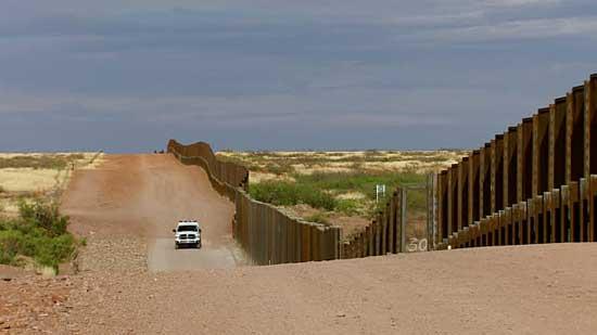 carro enfrente de muro