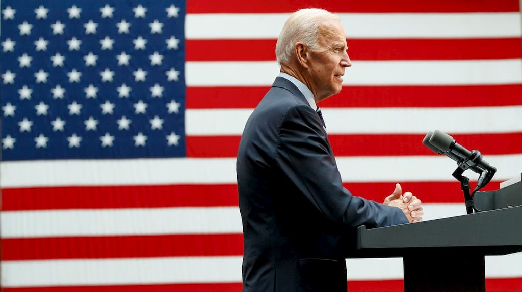 3 FOTO TRUMP Biden bandera