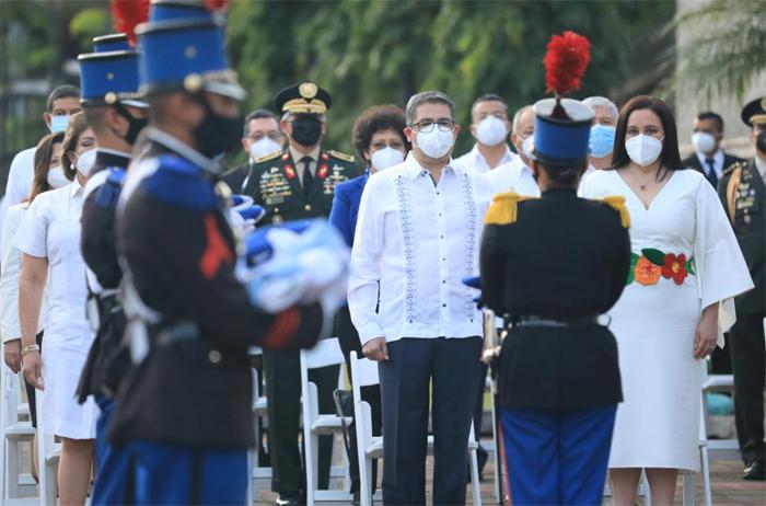 Con grito ¡Viva la Independencia, Viva Honduras!, proclama presidente Hernández