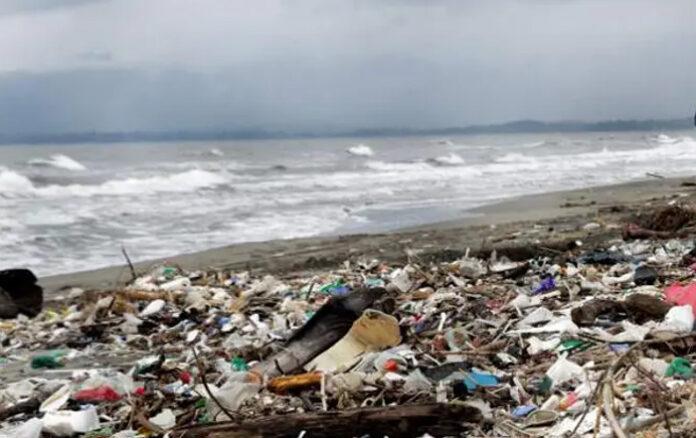 Río Motagua nuevamente trae de Guatemala toneladas de basura a playas de Omoa